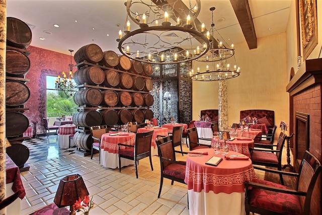 Le restaurant Bordeaux sert une fine cuisine française dans un décor rustique chic.