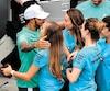Lewis Hamilton a partagé sa conquête avec des suporteurs de l'équipe Mercedes au Brésil, dimanche.