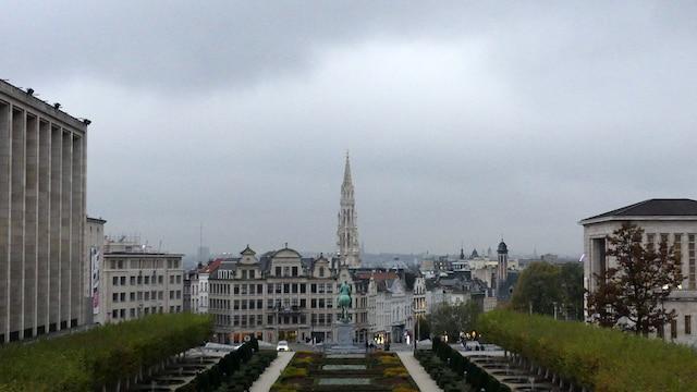 Direction le Vieux-Bruxelles et la Grand-Place en passant par le jardin du mont des Arts. Comme vous pouvez le constater, le ciel est gris. La capitale belge n'est pas reconnue pour ses journées ensoleillées.