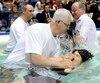 Les témoins de Jéhovah pratiquent les baptêmes lors de vastes assemblées, comme celle-ci au Colisée de Québec en 2009.