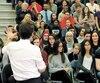 Justin Trudeau a repris une citoyenne (entourée en rouge) posant une question lorsque cette dernière a utilisé le mot «<i>mankind</i>». Le premier ministre aurait voulu qu'elle dise «<i>peoplekind</i>».