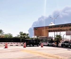 Un impressionnant panache de fumée s'élevait des installations pétrolières saoudiennes frappées par une attaque de drones samedi.