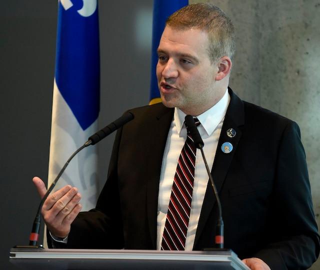 Le ministre de la Culture et des Communications, Luc Fortin, lors de la conférence de presse annonçant la venue de l'exposition Hergé au Musée de la civilisation en juin prochain.