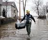 À Sainte-Marthe-sur-le-Lac, les bénévoles sont mobilisés pour s'assurer qu'aucun animal ne reste derrière suite aux inondations.