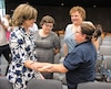 De gauche à droite, la ministre de la Justice Stéphanie Vallée a salué des mères de victimes de meurtre, dont Camelia Vakefli, Nathalie Beaulieu et Marlène Dufresne, qui ont chacune perdu leur enfant.