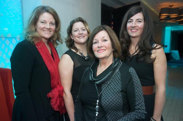 Parmi les membres du comité organisateur il y avait Ginette Dulude-Bourque ainsi que ses filles qui l'entourent Marie-Christine, Stéphanie et Caroline Bourque.
