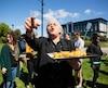En faisant un clin d'œil à peine voilé à sa plus célèbre citation, la porte-parole de Québec solidaire Manon Massé a distribué samedi aux citoyens de Sherbrooke des saucisses fumées enrobées de pâte, mieux connues sous le nom de «Pogo».