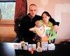 Nick Landry-Crête et Mercedez Veer qui tient leur fille de 4 mois, Layla Veer, montrent tous les médicaments que la famille doit prendre depuis qu'ils vivent dans une maison insalubre.