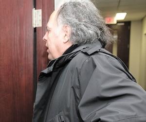 À son arrivée lundi au Conseil de discipline de l'Ordre des psychologues, Richard Lachance a tenté d'éviter d'être pris en photo.