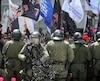 À la fin de la manifestation, quelques centaines de travailleurs ont bloqué une entrée du Parlement. L'unité antiémeute de la Sûreté du Québec s'est alors dressée devant les mécontents.