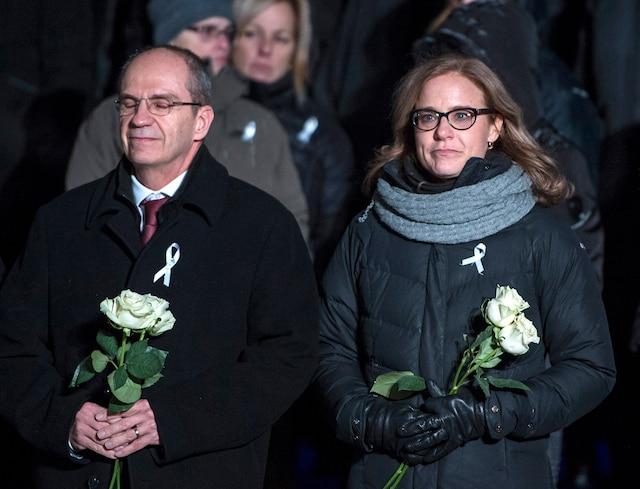 Catherine Bergeron, sœur d'une des victimes, et Philippe A.Tanguy, directeur général de Polytechnique, en plein recueillement.