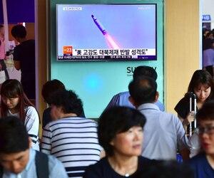 Des citoyens sud-coréens regardent le lancement à la télévision.