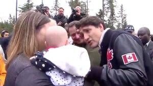 Image principale de l'article Justin Trudeau parle de ses sourcils à un bébé