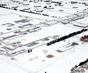 L'immense site d'assemblage de munitions et siège social de General Dynamics, Produits de défense et systèmes tactiques – Canada, à Repentigny. Les bâtiments carrés sont ainsi répartis sur le site à des fins de sécurité en cas d'incendie ou d'explosion.