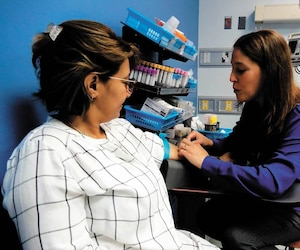 L'infirmière Dominique Plante (à droite) traite une patiente à l'Hôpital du Sacré-Cœur dans ce projet qui désengorge l'urgence.