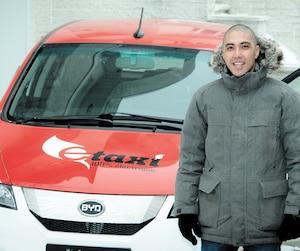 Le cofondateur de E-Taxi, Fabien Cuong, devant un modèlee6 de BYD.