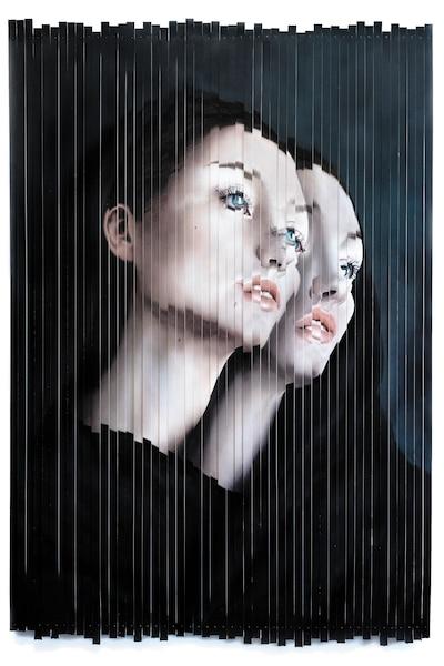 <b><i>Gemini</i> - 2017<br/>Huile sur papier, découpé et riveté sur un support acier et aluminium - 127 x 188cm</b><br/>L'artiste canadienne bahamienne crée des œuvres hyperréalistes qui mettent à nu les couches culturelles et questionnent les classes sociales. Œuvre de Kit King. Représentée par la Galerie Youn (Montréal)