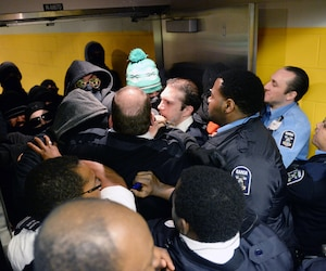 Des manifestants masqués ont été impliqués dans une échauffourée avec les gardiens de sécurité de l'UQAM.