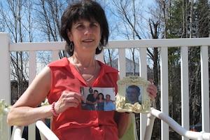 Colette Poirier a perdu son fils, Michel Guertin Jr, dans l'explosion. Sur la photo, elle tient des clichés de son fils. «Il (Ed Burkhardt) a volé la vie de nos enfants» lance la dame qui aimerait voir le propriétaire de MMA être accusé à son tour.