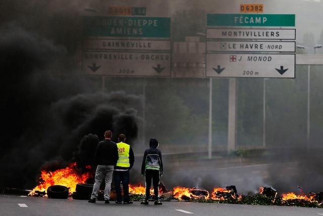 Les manifestations contre les nouvelles lois sur le travail en France ont souvent tourné au vinaigre. Mercredi, des employés d'un terminal d'essence dans le nord-ouest du pays ont bloqué une route avec des pneus en flammes.