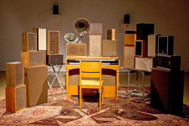 The Poetry Machine, 2017<br /> De Janet Cardiff et George Bures Miller<br /> Un original assemblage audio interactif qui permet de convoquer la voix de Leonard Cohen récitant un poème tiré de son recueil Book of Longing, en appuyant sur les touches du vieil orgue.