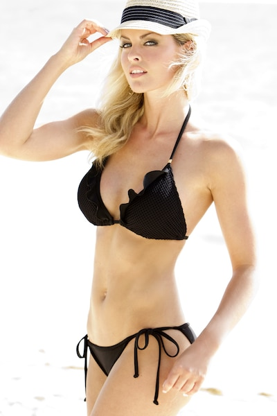 Le haut à volants de ce bikini de style triangle   (Anabel, haut : 94,95$ , bas : 69,95$) est agencé à une culotte à cordes ajustables sur les côtés. Très féminin avec un petit bijou doré aux bretelles, il est composé de formes souples amovibles pour plus de soutien.