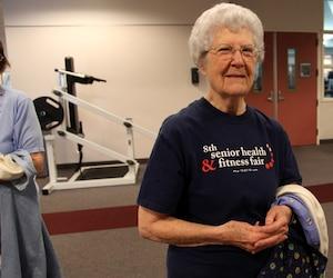 Thelma Johnson, 90 ans, après son entraînement matinal au centre sportif Drayson Center. Pendant que son mari de 88 ans fait des poids et haltères, elle suit la classe d'aérobie, et ce, trois fois par semaine. Elle marche aussi trois kilomètres par jour.