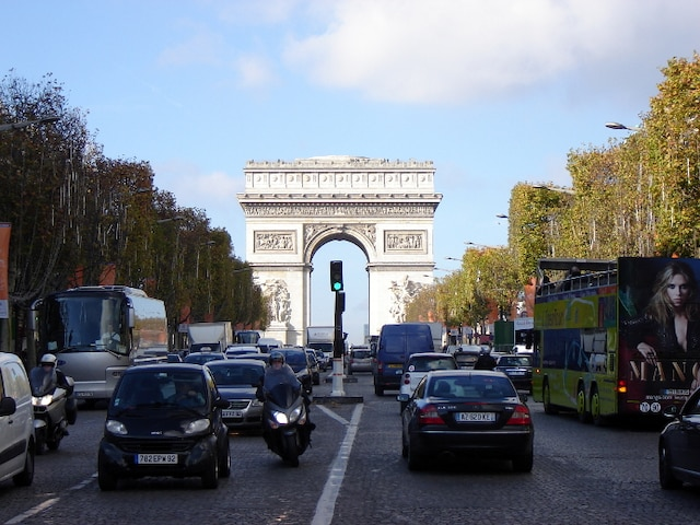 Au bout des Champs se dresse l'Arc de Triomphe.