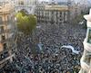 Des sympathisants du référendum ont marché mercredi devant le quartier général de l'Économie de la Catalogne à Barcelone.