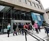 Des fonctionnaires sortent de l'édifice Marie-Guyart à Québec. Ils sont de plus en plus nombreux à gagner plus de 100 000$ par an.