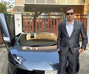 Alexandre Cazes, 25 ans, qu'on voit ici avec sa Lamborghini payée 900000$ touchait entre 2 et 4% de toutes les armes et la drogue qui se vendaient sur son site illégal. Le site AlphaBay qu'il dirigeait a écoulé plusieurs centaines de millions de biens.