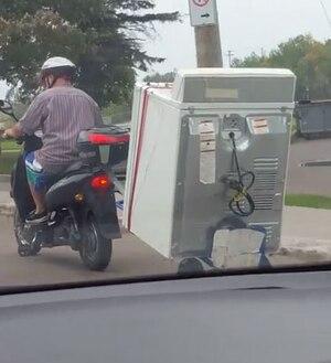 Image principale de l'article [VIDÉO] Il déménage sa laveuse en cyclomoteur