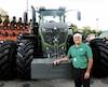 Gaston Doré, responsable de la section machinerie de l'exposition agricole de St-Hyacinthe, se tient devant un Fendt 1050.