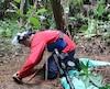 Un démineur retire un engin explosif du sol dans le village de Vista Hermosa.