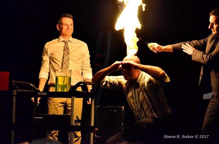 Lors du gala Méritas 2017 à mon école, j'ai décidé de monter sur scène afin de démontrer un classique de mon cours de chimie. À la gauche, mon collègue de sciences Hugo Laplante et à la droite, mon directeur M. Christian Couture.