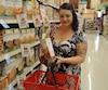 Cynthia Lapointe, une jeune mère de famille, croit qu'IGA a en quelque sorte berné les consommateurs en remontant ses prix aussi rapidement.