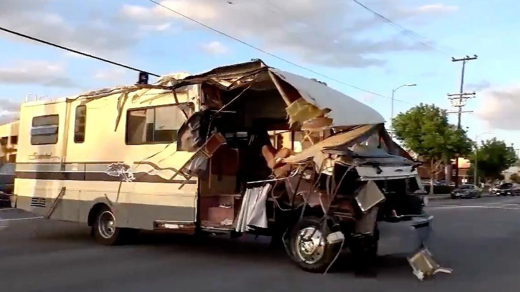 [VIDÉO] Une femme ivre vole un gros motorisé et sème la terreur dans les rues de LA: nous avons beaucoup de questions