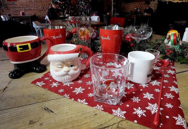 Toutes les tasses et les verres ont été changés au Café Maelstrom, question de faire vivre l'expérience de Noël au maximum.
