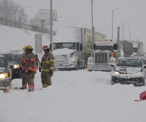 Photo de l'autoroute 13 au lendemain de la tempête qui a occasionné un carambolage monstre. Sur la Rive-Sud de Montréal, Québec, Canada. Le mercredi 15 mars 2017. SYLVAIN DENIS/AGENCE QMI