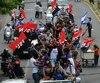 À Managua, les fidèles d'Ortega sont partis à bord de centaines de véhicules et motos, agitant des drapeaux rouge et noir du Front sandiniste de libération nationale