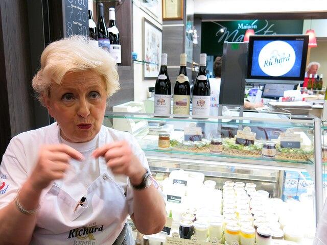 Rencontre avec Renée Richard,  la fille de la fameuse Mère  Richard, la fromagère  qui affine le Saint-Marcellin  depuis 1930.