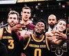 Luguentz Dort (au centre) était des plus heureux en célébrant la victoire des Sun Devils au tournoi MGM Resorts Main Event qui avait lieu au T-Mobile Arena de Las Vegas à la fin novembre.