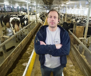 Réal Gauthier craint de devoir se départir de ses vaches si les produits laitiers américains envahissent le marché canadien.