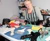 Lise Desrosiers ne peut s'empêcher de créer. Avec Larecycle, elle conçoit des accessoires à partir des tissus qu'elle récupère.