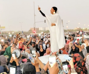 Alaa Salah, icône de la révolution, s'adressant aux manifestants, le 8avril 2019, à Khartoum, au Soudan, contre le régime du dictateur déchu, Omar el-Béchir.