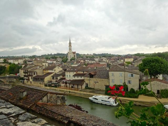 Pour visiter certaines régions de la France différemment, il est possible de louer un bateau habitable sans permis. C'est le cas en Lot-et-Garonne, en Aquitaine, dans le sud-ouest de la France.