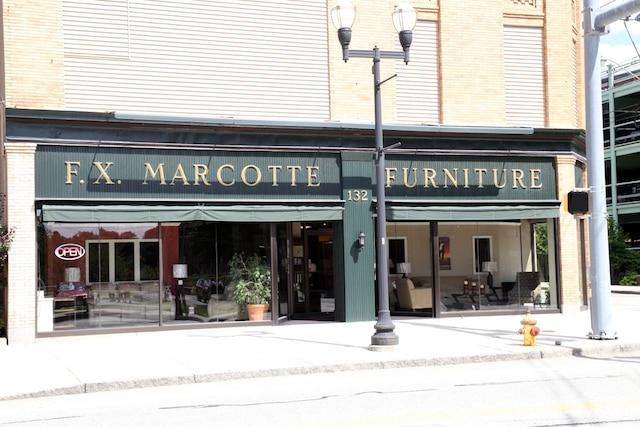 Plusieurs commercesportent encore des noms français en ville. Autour des villes de Lewiston etAuburn dans le sud du Maine,ils forment 60% de la population.