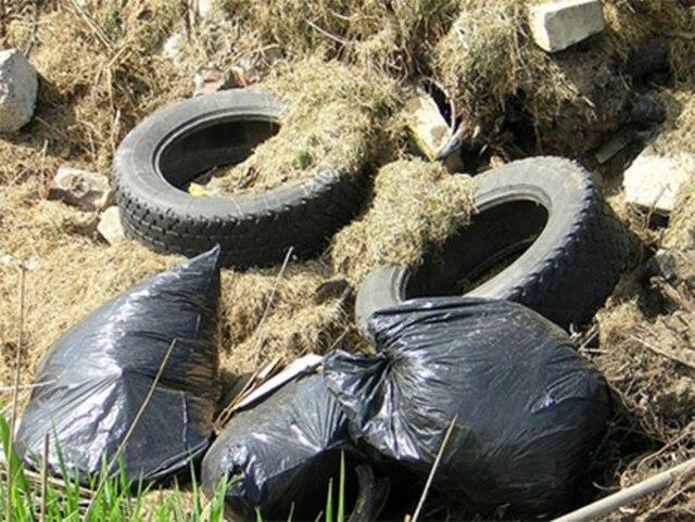 De nombreux déchets sont mélangés à la terre déposée à Sainte-Martine, y compris des pneus et des sacs d'ordures