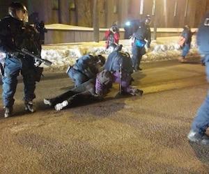 Ce manifestant a été le premier arrêté par les policiers de Québec.