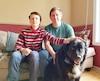 Michel Labonté souhaite que son fils Thomas puisse aller à l'école avec Mika, son chien d'assistance. Il reproche à la Commission scolaire de la Capitale d'imposer des conditions «discriminatoires» pour ce faire.